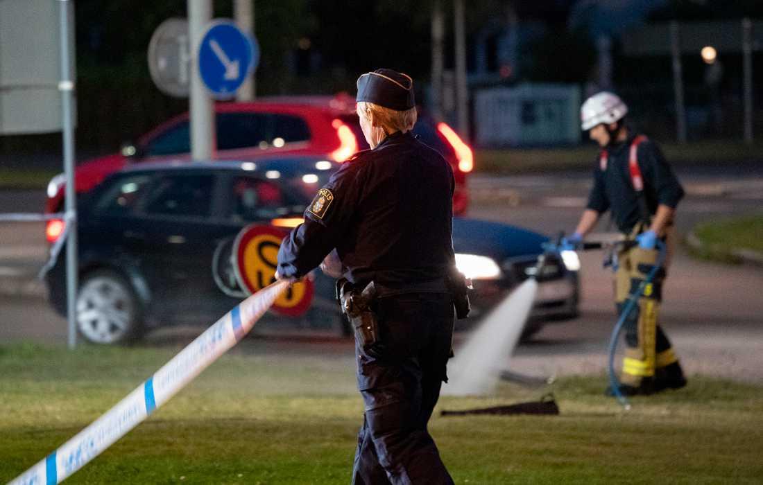 En ung man hittades svårt skadad i en bil i Landskrona efter en trafikolycka under söndagskvällen. Polisen missänker att han mördats.