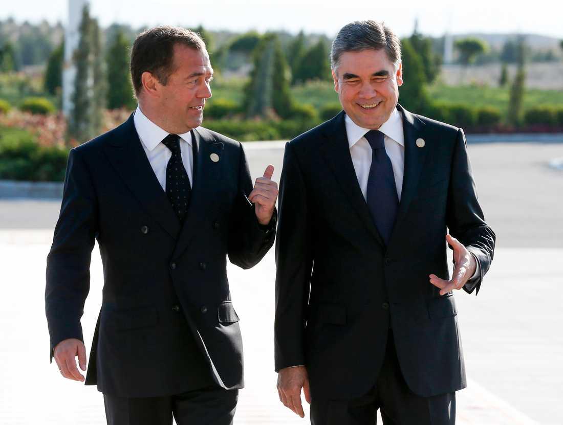 Rysslands premiärminister Dmitrij Medvedev tillsammans med Turkmenistans president Gurbanguly Berdymuchamedov på måndagen.