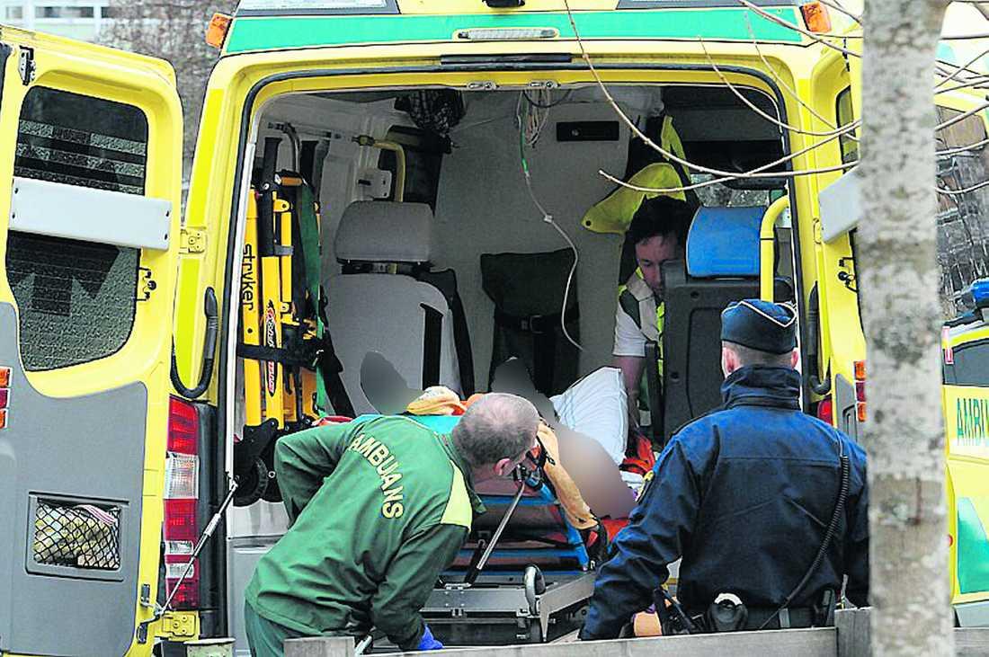 AVLED PÅ BUSSEN Kvinnan greps på bussen och är nu på sannolika skäl misstänkt för mord på en 70-årig man och en 41-årig man. Avled på sjukhuset |Ingen av de två männen som kvinnan ska ha knivhuggit överlevde. Polisen vill inte kommentera vad som sagts i förhöret med 34-åringen. Foto: Carl Carlert