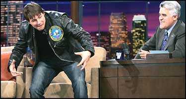 Kär och galen? Tom Cruise demonstrerar sin kärlek till Katie hos Jay Leno.