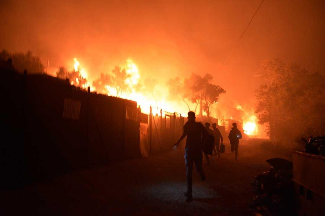 Migranter försöker komma undan elden vid flyktinglägret Moria, på Lesbos i Grekland.