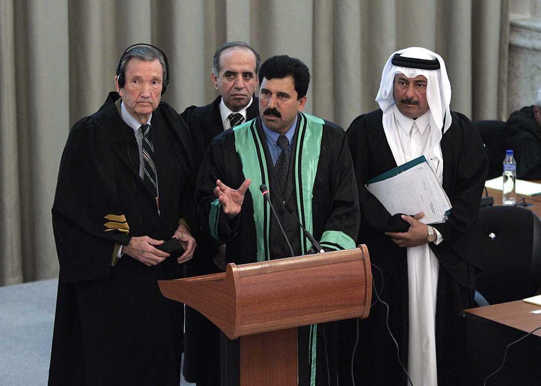 Ramsey Clark (till vänster) under rättegången mot Iraks ex-diktator Saddam Hussein i Bagdad 2005.