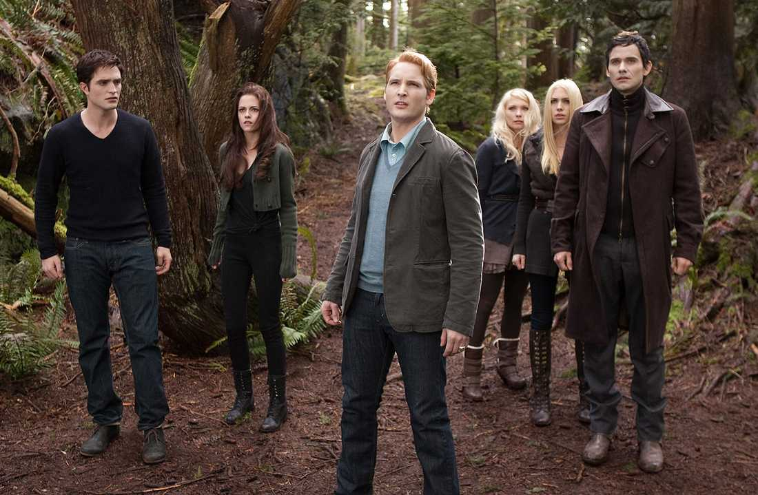 "Robert Pattinson, Kristen Stewart, Peter Facinelli, MyAnna Buring, Casey LaBow och Christian Camargo i en scen ur ""The Twilight Saga: Breaking Dawn Part 2."""