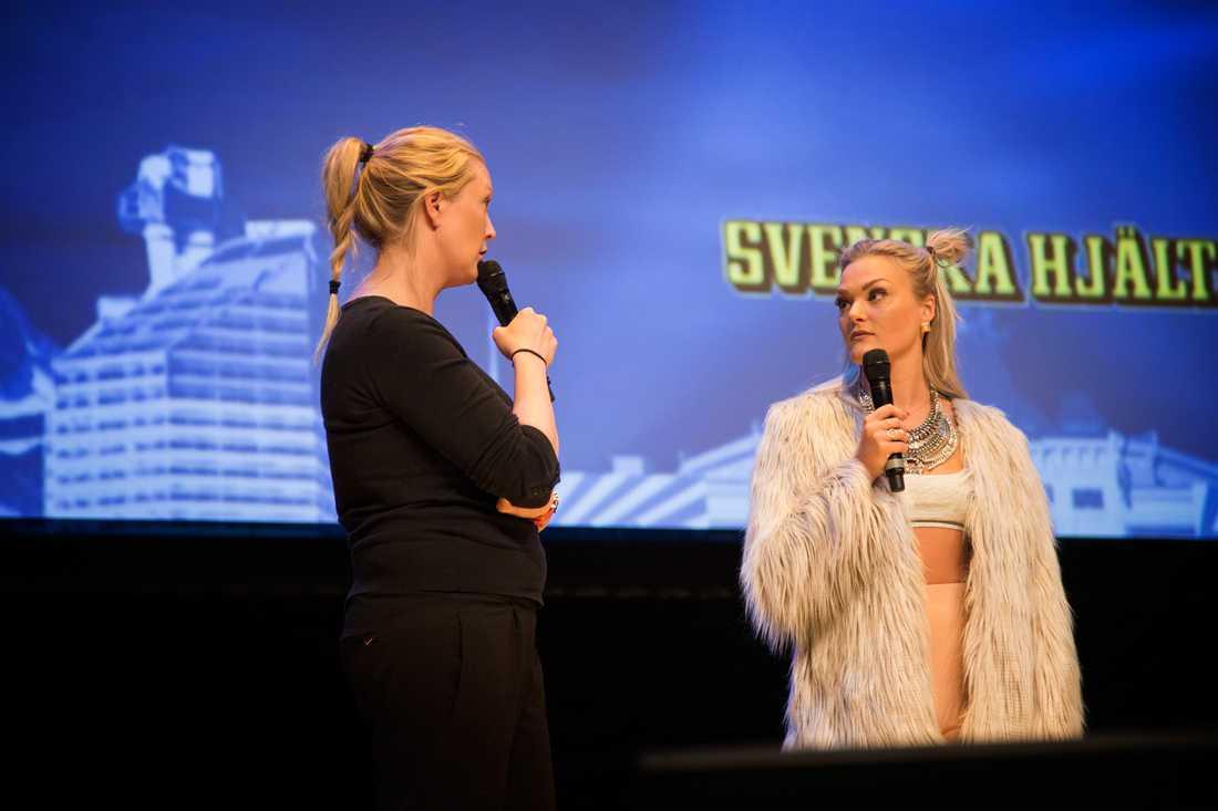 Katri Lindgren och Lisa Anckarman pratade om näthat under Svenska hjältars skolturné i Örebro.