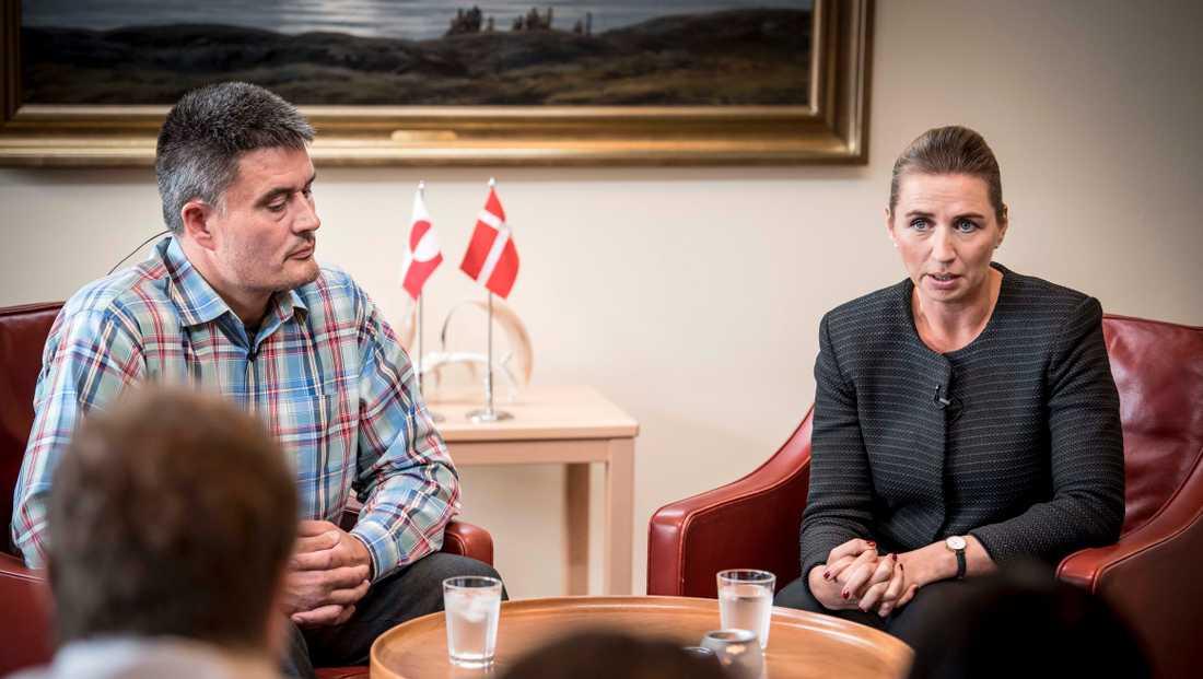 Danmarks statsminister Mette Frederiksen pratar med med Grönlands landsstyreformand Kim Kielsen.