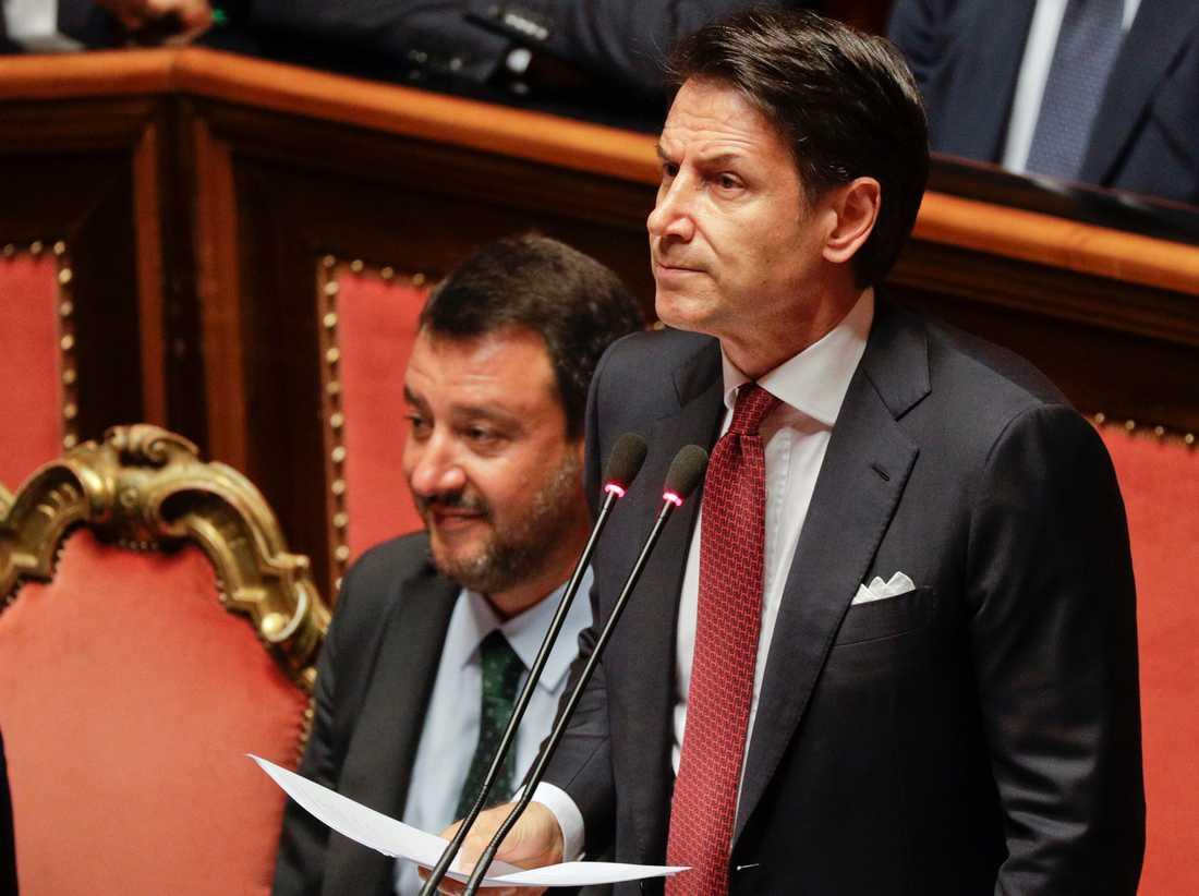 Giuseppe Conte talar med Matteo Salvini tätt bakom sig.