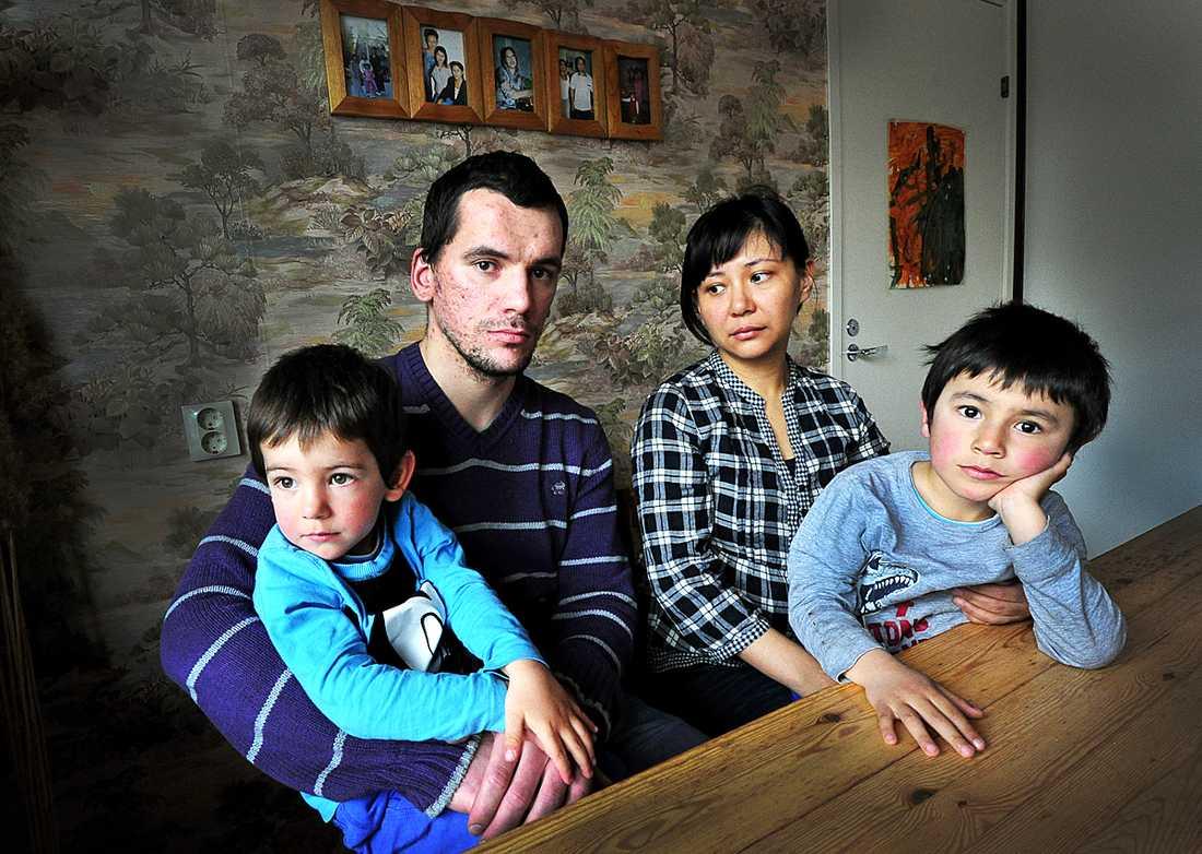 Pappa Giorgi Grigorian med sonen Avetis, 3 år, och mamma Latifa Turfan med 5-årige sonen Djivan i knäet är förtvivlade efter beslutet att familjen ska utvisas - och splittras.