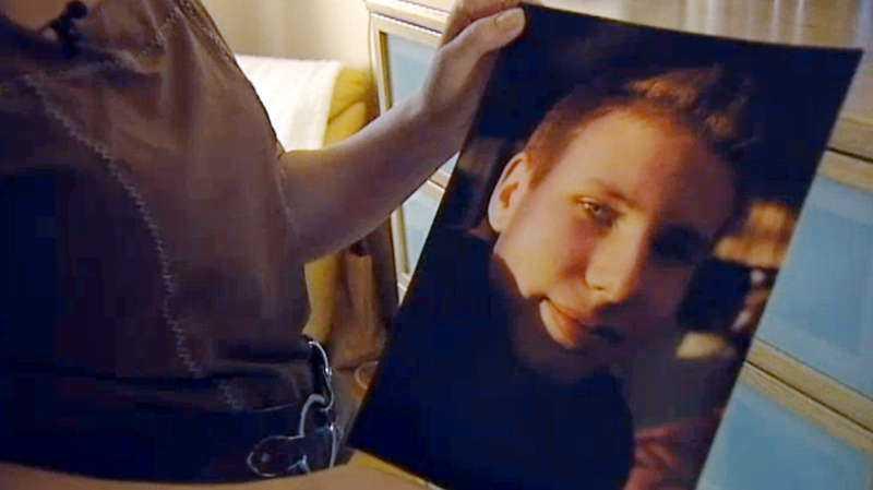 """Dennis Olsson var bara 21 år när han dog i bilolyckan. Polisen började jaga männens bil för att de inte bländat av. """"Ungefär som att polisen skulle skjuta ihjäl en snattare"""", säger Leif GW Persson."""