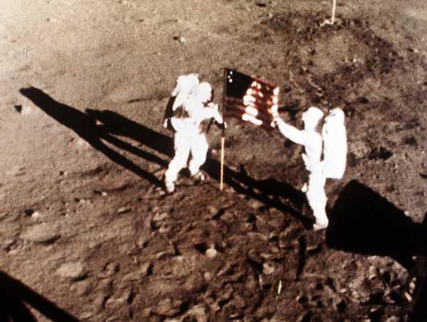 Neil Armstrong och Buzz Aldrin placerade den 20 juli 1969 USA:s flagga på månen.