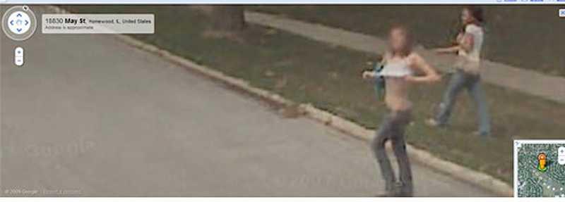 En kvinna blottar brösten för Googlebilen i korsningen Delta Road / May Street i Homewood, Illinois, USA.