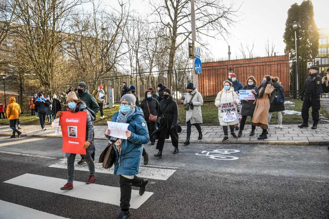 På lördagen hölls en demonstration till stöd för den fängslade ryske oppositionsledaren Aleksej Navalnyj utanför den ryska ambassaden i Stockholm.