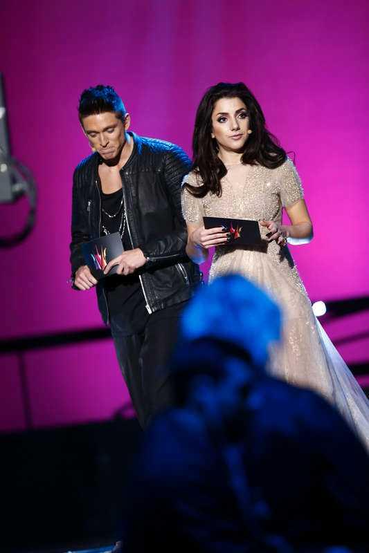 Danny stakar sig, läser innantill ur manus och tappar bort sig i texten när han och Gina Dirawi står på scen …