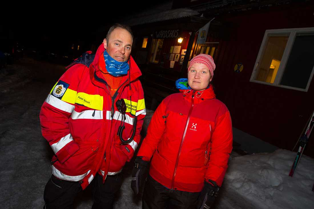 Barbro Andersson med fjällräddare Peter Schmitt.