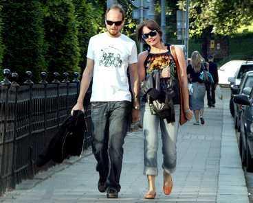 """I går promenerade Kristian Luuk och Carina Berg på Drottninggatan i centrala Stockholm - senare blev det middag på en restaurang. """"De såg väldigt förälskade ut"""", berättar ett vittne."""