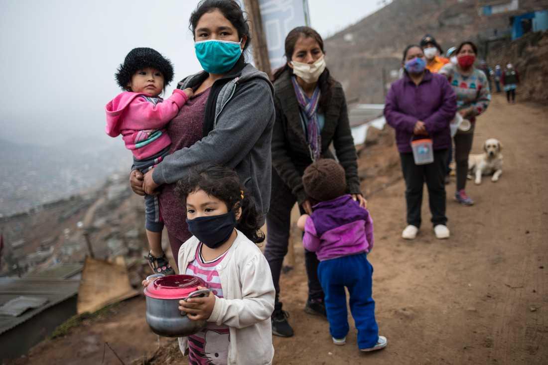 Människor köar för att få ett gratis mål mat utanför Perus huvudstad Lima, en av de många platser på jorden där det nya coronaviruset fått förödande konsekvenser för de fattiga. Arkivbild.