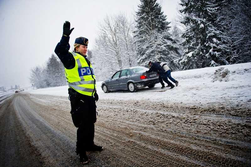 I Sundsvall var det också problem på fredagsförmiddgen. Här en bilist som kört in i vägräcket och som får hjälp av polisen att rulla igång bilen.
