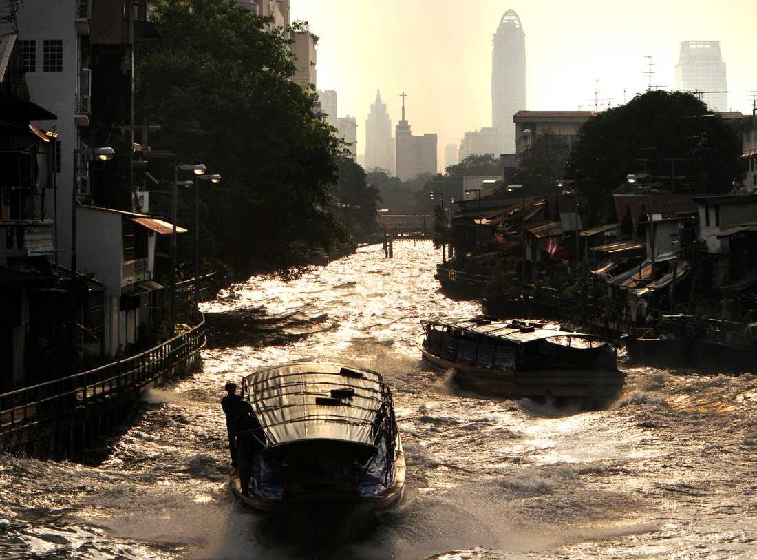 I huvudstaden Bangkok sjön temperaturen drastiskt från normala drygt 30 grader till mellan 16 och 18.