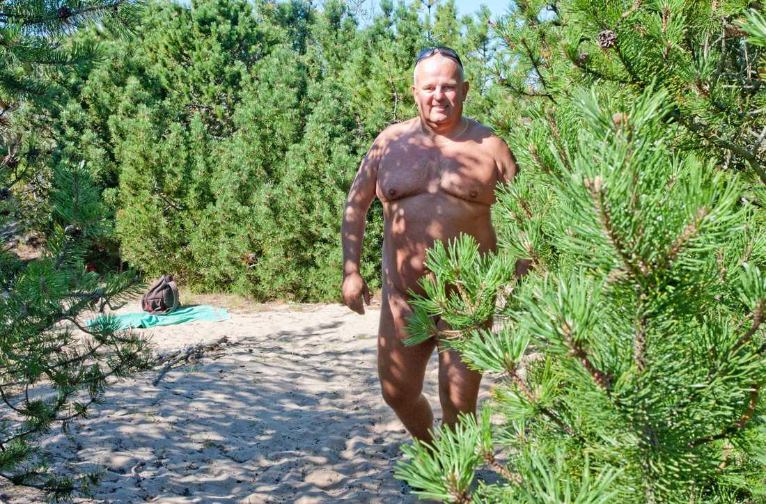 """Jonas Bengtsson på nakenstranden. """"Vi är glada människor som träffas och har trevligt och umgås"""", säger han."""