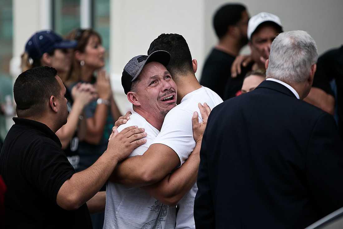 DÖDSBESKED.  Anhöriga kommer ut från Hampton Inn i Orlando. Deras anhöriga var bland de döda.
