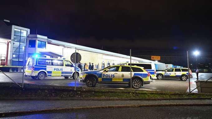 Polis på plats vid postterminalen i Årsta.
