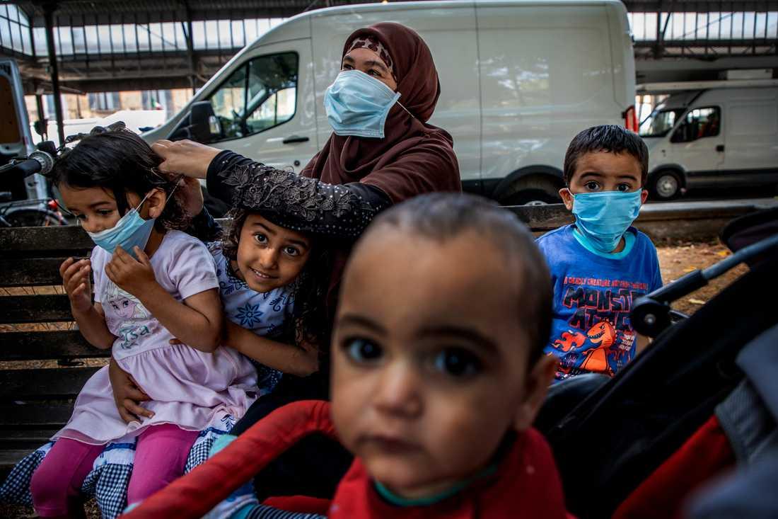 Samah Mohammed har tagit med sig sina barn till marknaden i Codogno som har öppnat igen.