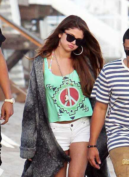 """""""UPPRÖRD OCH LEDSEN"""" I förra veckan fotograferades Selena på kompisen Ashley Tisdales födelsedagsfest på stranden i Malibu."""