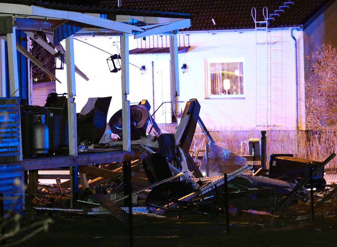 Explosionen har inträffat vid altanen till en villa.
