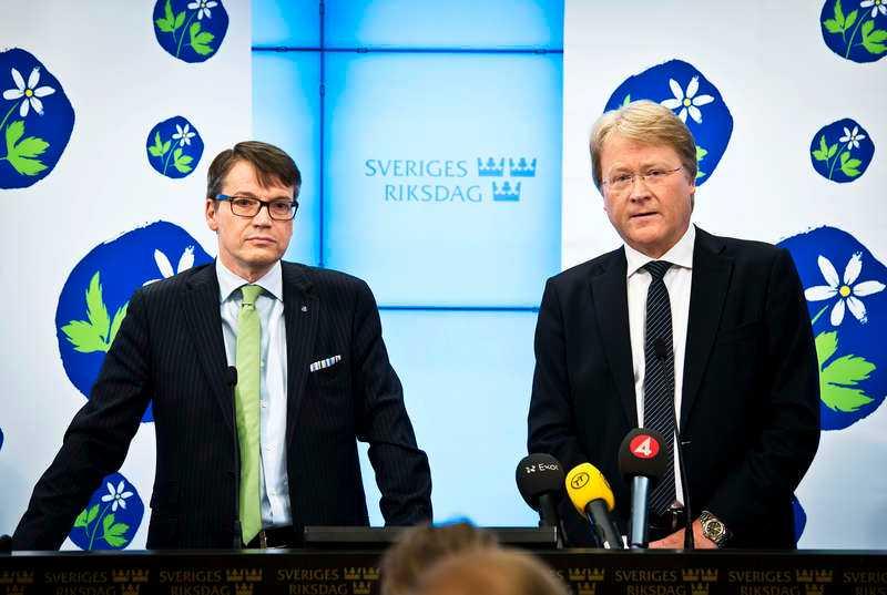"""stegar in i politikenLars Adaktusson (KD) tar nya arbetsmarknadsministern Elisabeth Svantesson (M) i försvar i Aftonbladets tv-satsning """"Partiprogrammet"""" efter att Svantessons kopplingar till kristna frikyrkor väckt debatt."""