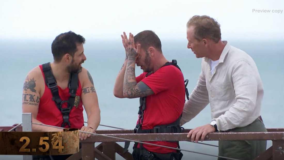 Lagkamraten Dogge Doggelito och programledaren Gunde Svan försöker peppa panikslagne Joakim Lundell.