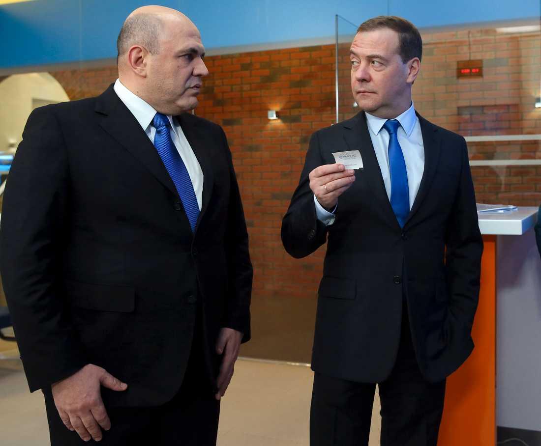 Dmitrij Medvedev (höger) har varit i toppen i över ett årtionde. Inom kort ersätts han sannolikt av den mer anonyme skatteverkschefen Michail Misjustin (vänster). Arkivbild från 13 februari 2019.