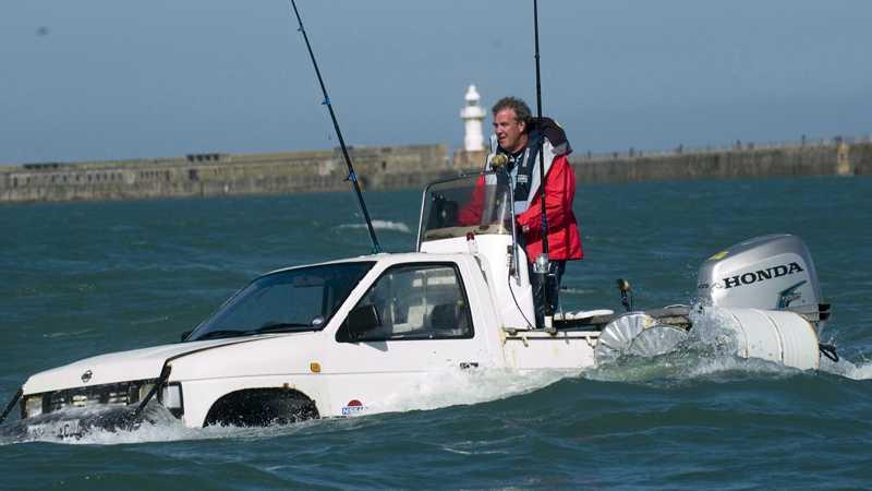 """Top Gear-programledaren Jeremy Clarkson fick nästan var fjärde röst när Automobile Association frågade vem som ska bli ny transportminister i den brittiska regeringen. Här korsar han Engelska kanalen i sin """"Toyboata""""."""