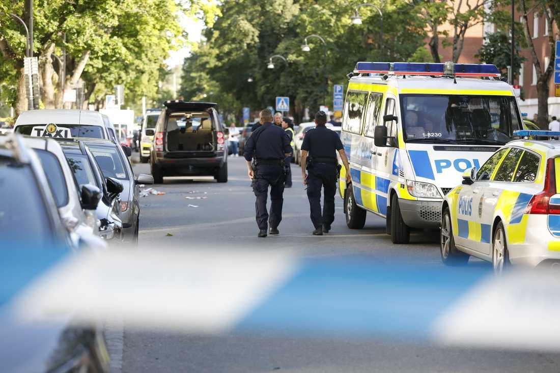 En man sköts ihjäl i Sollentuna norr om Stockholm på söndagen. En annan man har allvarliga skador.