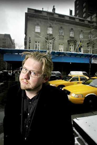 SLAGSMÅL PÅ SVENSKA KONSULATETS FEST Aftonbladets Fredrik Virtanen blev attackerad av Thomas Silver, till höger, och två andra medlemmar i den svenska rockgruppen Hardcore Superstar på svenska konsultatets fest i New York i går. - Jag trodde han skulle slå ihjäl mig, säger Fredrik Virtanen.