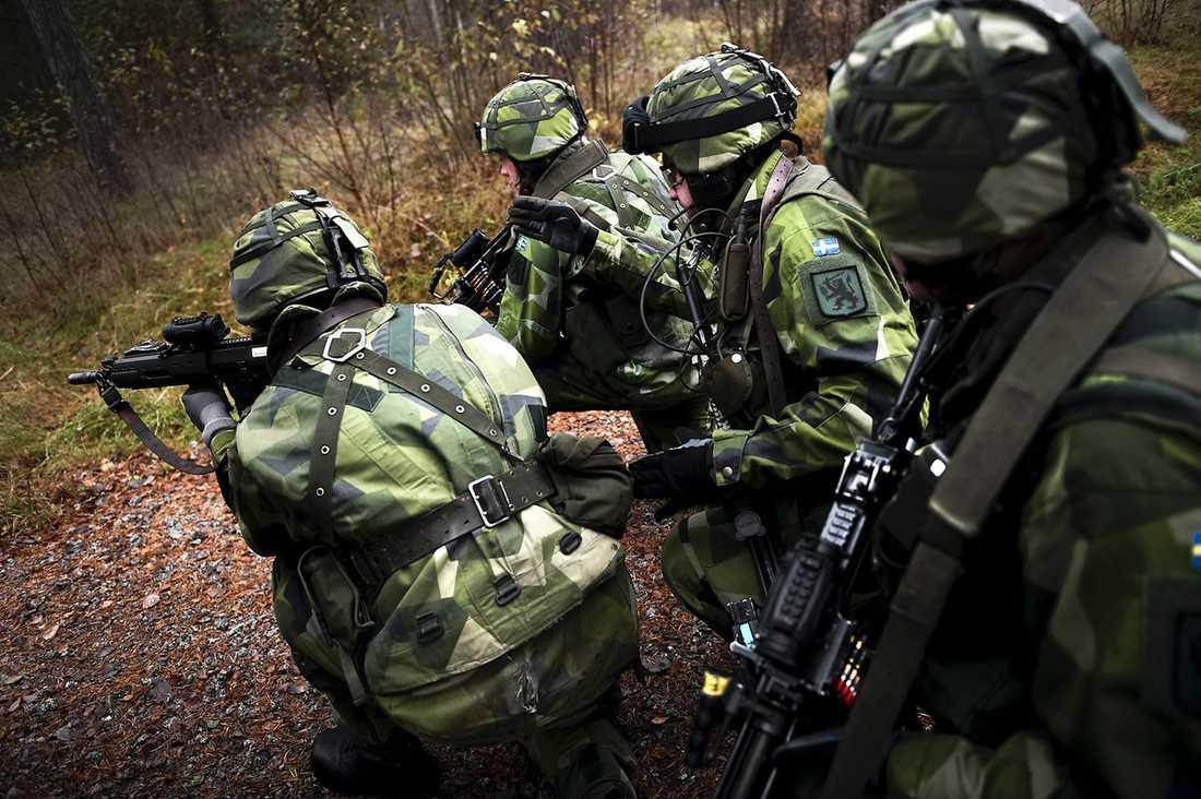 VÄNTAR PÅ BESLUT I Sverige står just nu 1 600 svenska soldater och officerare beredda att skickas till Libyen.