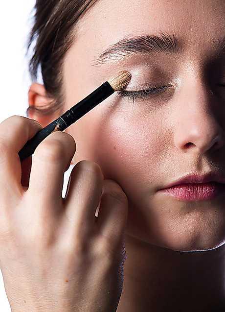 1. Applicera en ljus, skimrande krämskugga över hela ögonlocket, hela vägen från fransen till brynet samt under ögat. Det blir en perfekt primer och ger ögonmakeupen fin intensitet.
