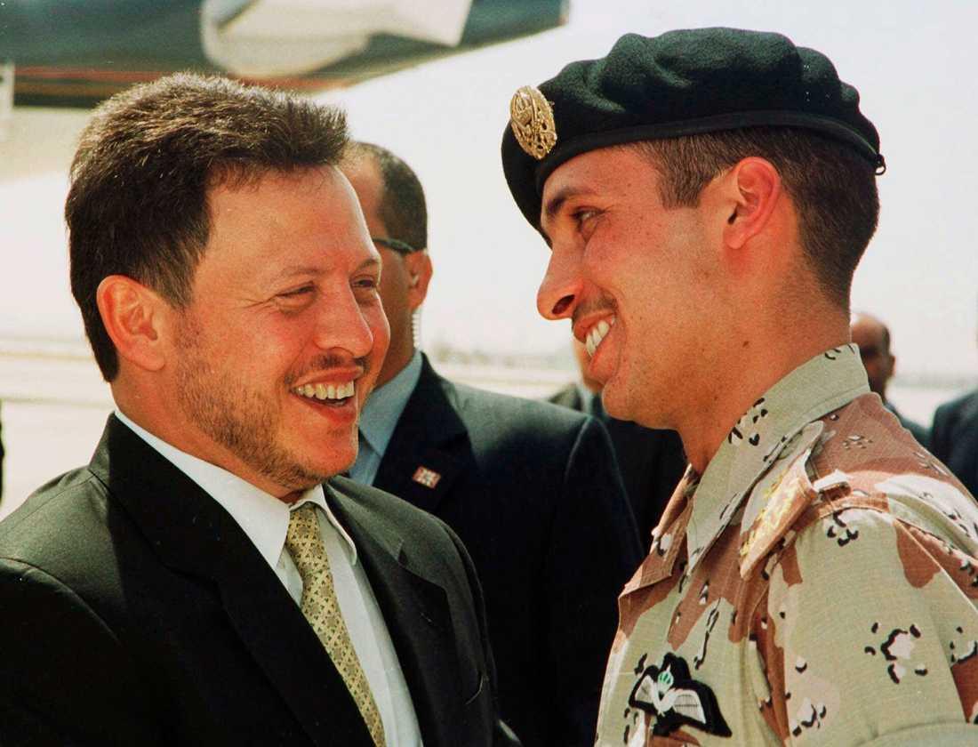 Jordaniens kung Abdullah (till vänster) skrattar tillsammans med sin halvbror prins Hamza 2001. Men i dag är minerna inte lika muntra sedan en politisk kris avslöjat djupa sår som splittrar kungafamiljen.