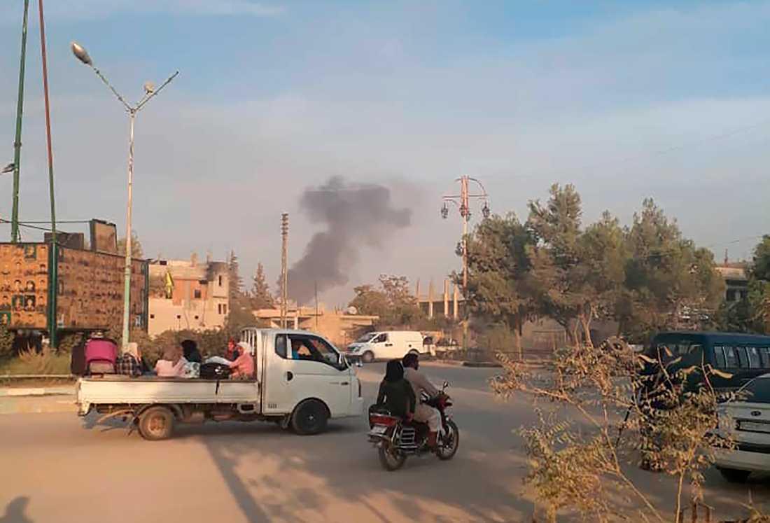 Invånare flyr när Turkiska trupper drar in i nordöstra Syrien under onsdagen.