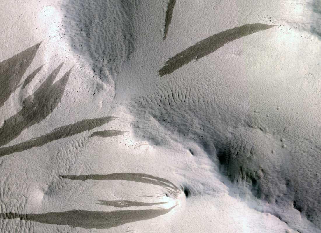 Mars typiska strimmor. Ligger vatten bakom dem?