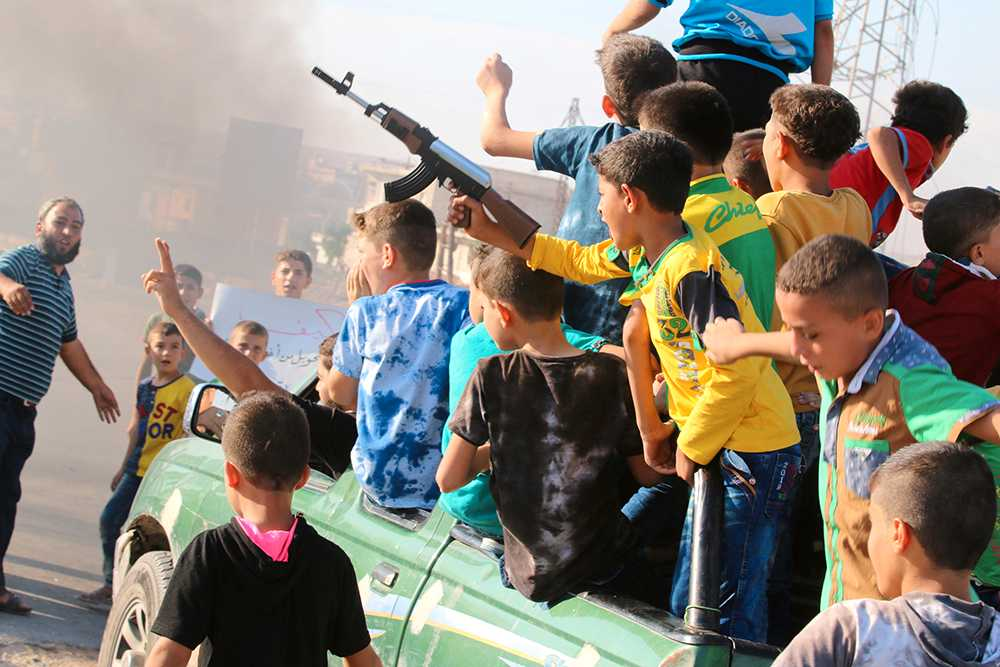 Barn deltar i en demonstration i Aleppo