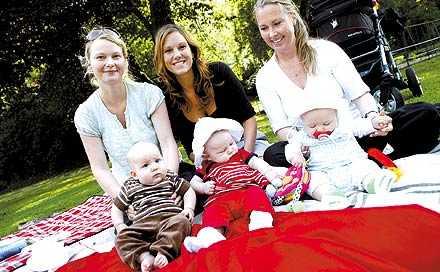 """Undviker rosa Karin Hurtig, till höger, fick en uppsjö rosa klänningar när dottern Iris, fyra månader, föddes. """"Just därför sätter jag på henne helt andra färger"""", säger hon. Malou Edström, mitten, klär helst Alicia, fem månader, i rött och Lisa Tran, till vänster, tycker att dottern Alwa-Ling, fyra månader, passar bäst i brunt."""