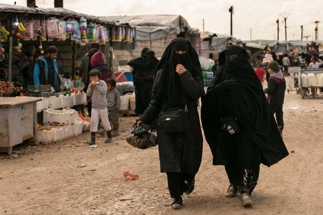 Lägret al-Hol är som en stad med affärer och andra verksamheter. På bilden syns kvinnor som handlat mat på marknaden. Arkivbild.