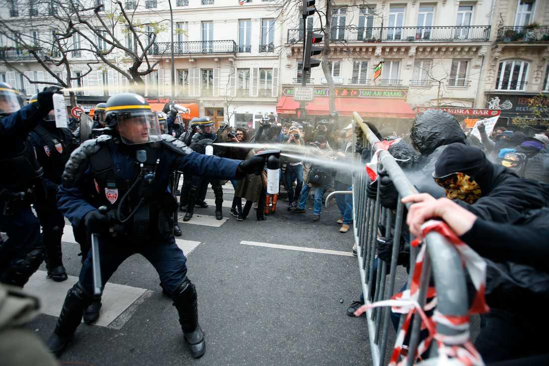 Demonstranter drabbar samman med polis i Paris.