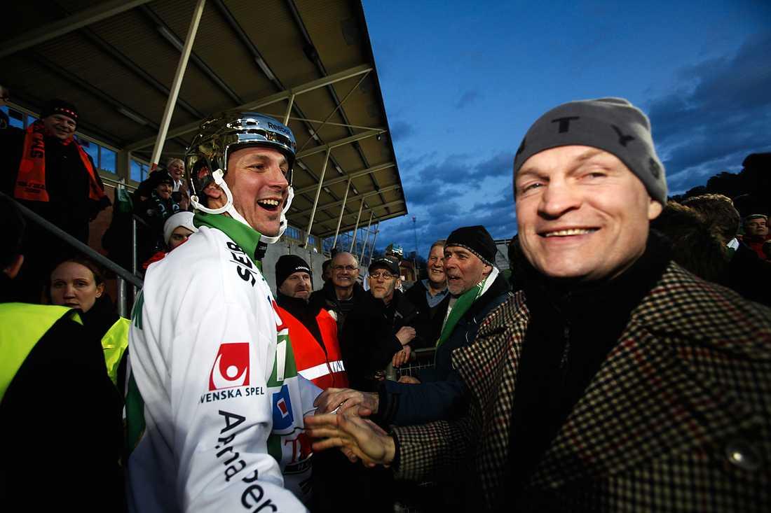 Fosshaug gratulerar Michael Carlsson till SM-guldet 2009.