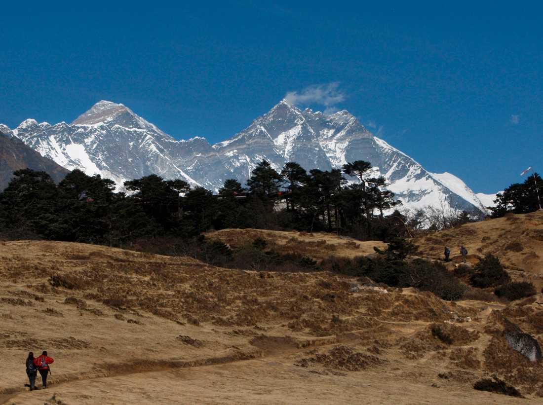 Smältvatten från de glaciärer som täcker de högst belägna delarna av Himalaya rinner nerför bergen till närliggande dalar och slättområden, där det förser hundratals miljoner människor med vatten.