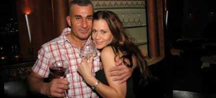 SKÅL, ÄLSKLING Dörrvakten Fadde Darwich, 42, tar ett glas med nya flickvännen, glamourmodellen Sandra Tiero, 28.