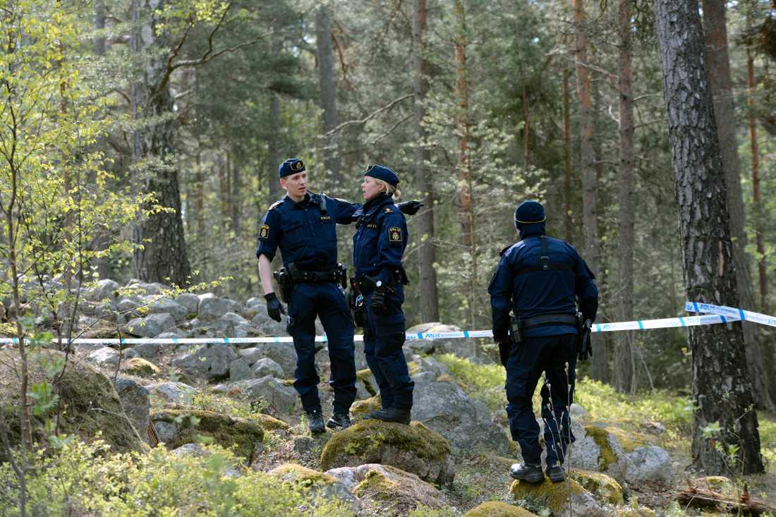 Skogsområdet i Märsta spärrades av.