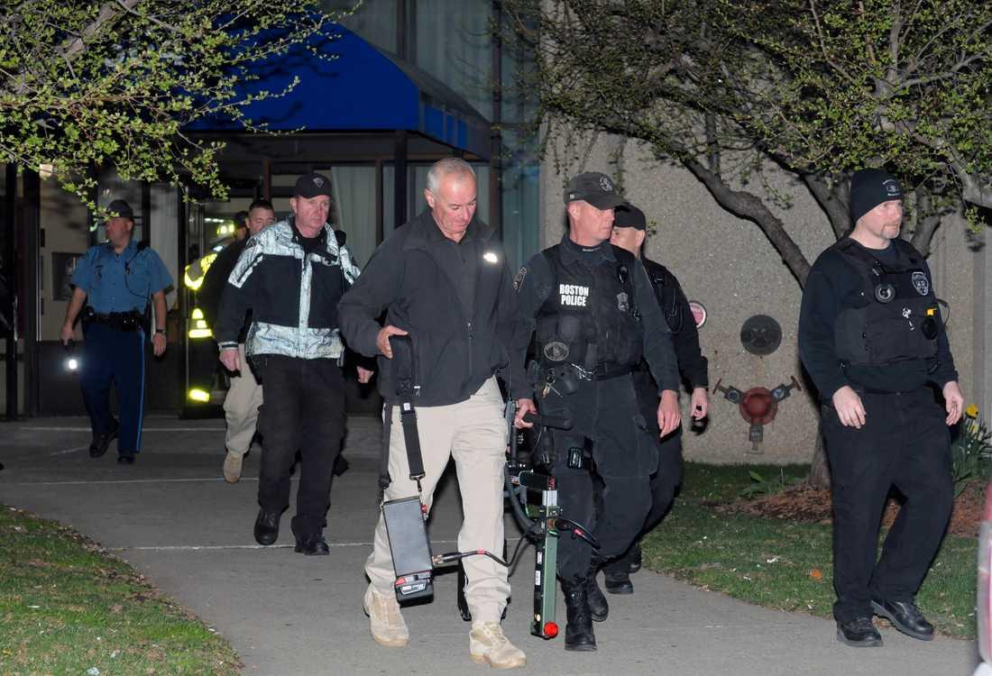 Polisen slår till mot en lägenhet i en insats som ska ha koppling till terrordådet.