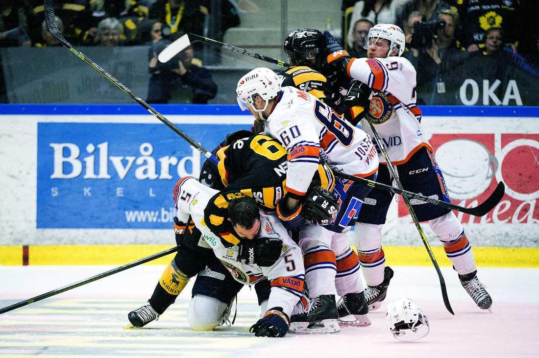 TUFFA TAG  Växjö har haft det lätt mot Skellefteå – de senaste årens gigant i svensk hockey. Mästarlaget har inte lyckats göra fler än tre mål på Växjö på 18 möten.