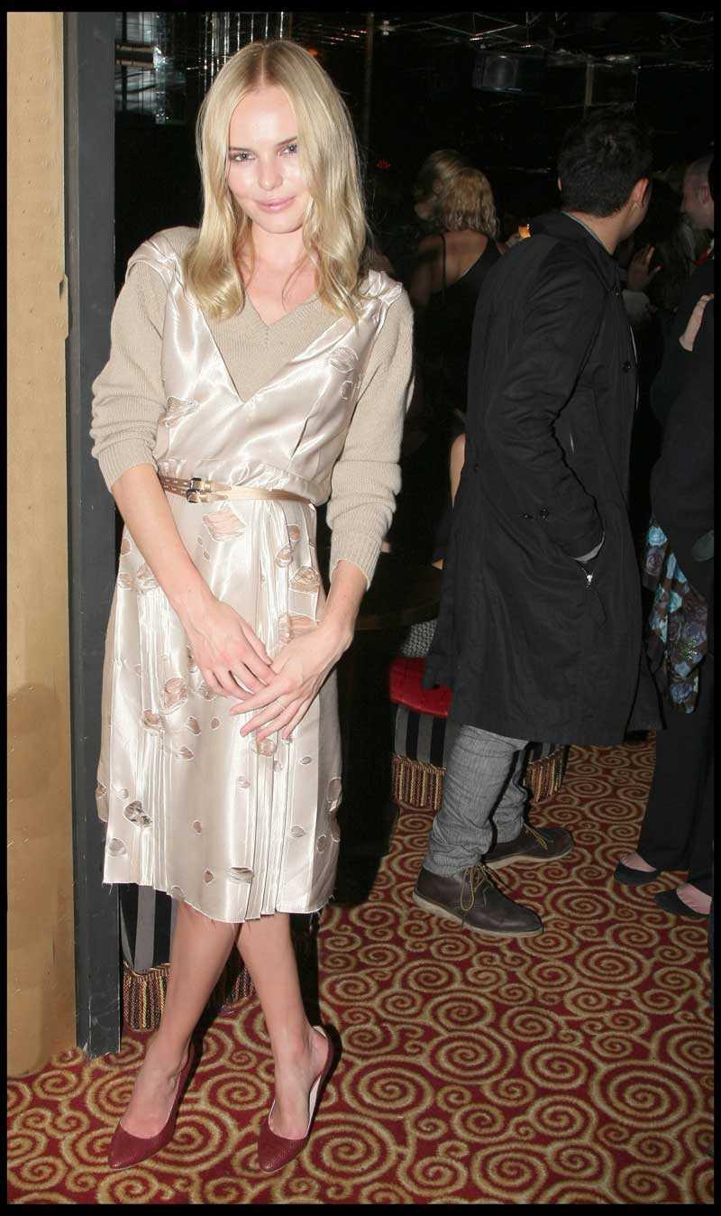Paris. Kate Bosworth har skyndat till nattklubben Regine's för att festa i sin vackra silkesklänning.Kate Bosworth har skyndat till nattklubben Regine's för att festa i sin vackra silkesklänning.