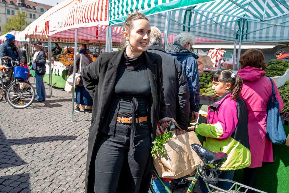 Det känns mysigare med papperspåsar, tycker Emilia Palmén, 27.